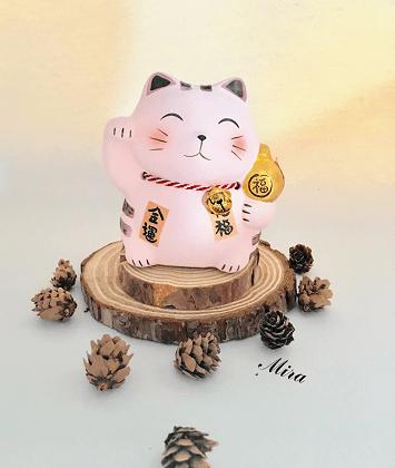 Mèo Maneki Neko trắng đeo chuông cầu tiền tài