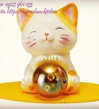 Mèo mini cầm trân châu vàng