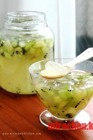 Warabi Mochi với nước cốt chanh và kiwi ướp lạnh
