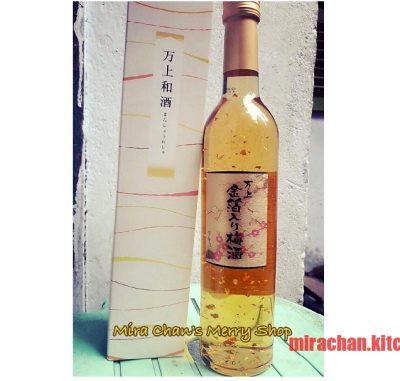 Rượu mơ chứa lá vàng