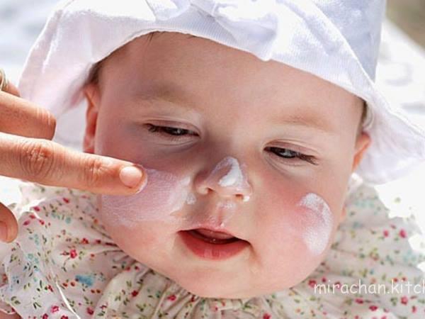 bôi kem chống nắng cho trẻ
