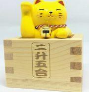 Mèo Vàng trong ly rượu gỗ cầu chúc may mắn