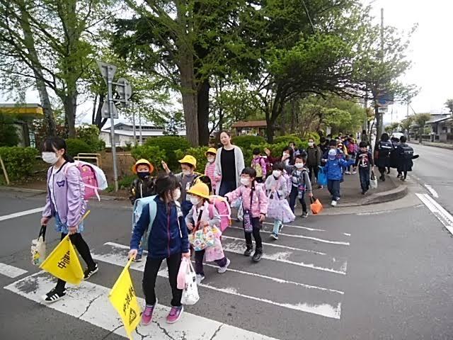 Học sinh tiểu học Nhật Bản tự đi đến trường