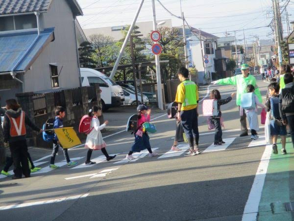 Học sinh tiểu học Nhật tự đi đến trường thế nào ?