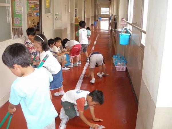 Đi học ở Nhật, học sinh tự dọn dẹp vệ sinh trường