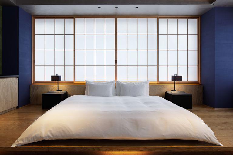 Giường ngủ tại khách sạn Hoshinoya Tokyo